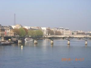 セーヌ川 芸術橋 遠くにエッフェル塔
