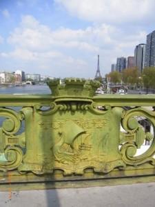 欄干に市章 パリの歴史が見える